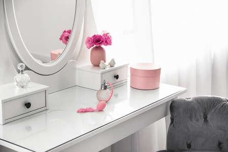 Toilette bianca vicino alla finestra nella stanza luminosa Archivio Fotografico