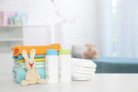 Babyaccessoires op tafel in de kinderkamer. Ruimte voor tekst Stockfoto