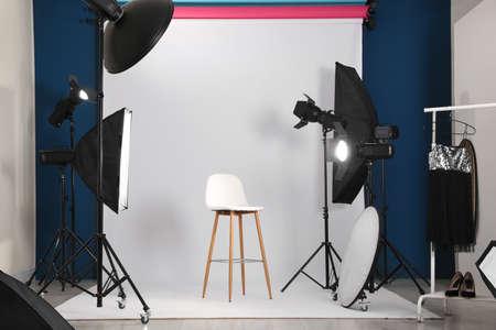 Interior de estudio fotográfico con equipo profesional