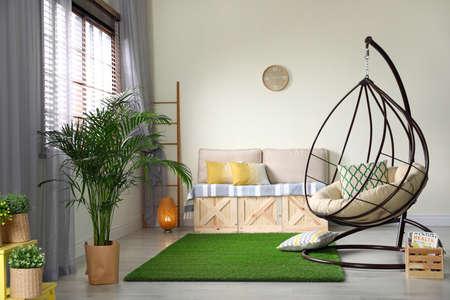 Stijlvol modern kamerinterieur met schommelstoel