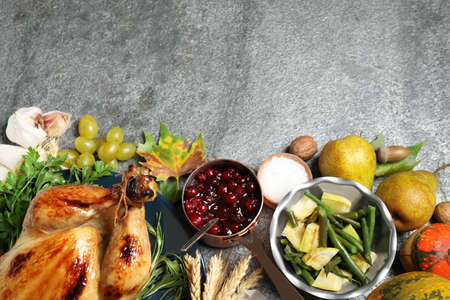 Flat lay composition with delicious turkey on grey background, space for text. Happy Thanksgiving day Banque d'images
