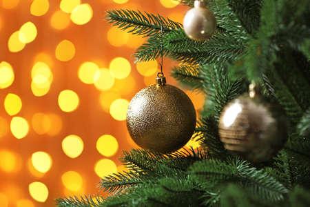 Albero di Natale decorato contro luci sfocate sullo sfondo. Effetto bokeh