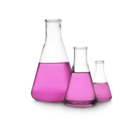 Boccette coniche con liquido viola su sfondo bianco