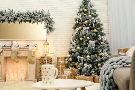 Árbol de Navidad decorado en el interior de la moderna sala de estar Foto de archivo