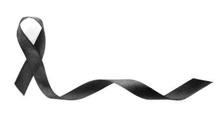 Ruban noir sur fond blanc, vue de dessus. Symbole funéraire