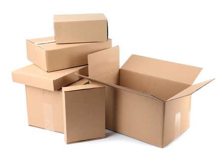 Pila di scatole di cartone su sfondo bianco