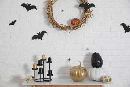 Stilvolles Interieur des Zimmers, das für Halloween-Urlaub dekoriert ist