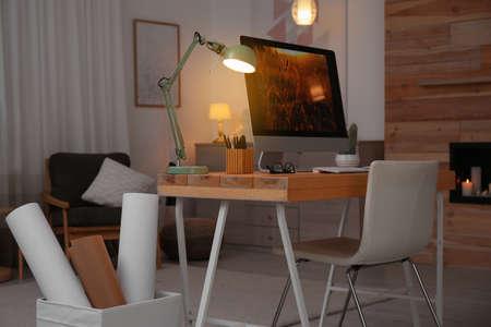Lieu de travail confortable avec ordinateur moderne sur le bureau. Bureau à domicile