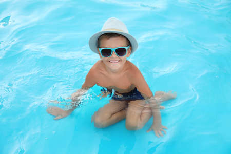 Cute little boy in outdoor swimming pool 版權商用圖片
