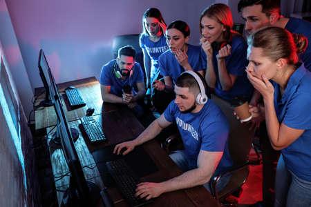 Junge Leute spielen Videospiele auf Computern in Innenräumen. Esports-Turnier