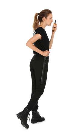 Agent de sécurité féminin en uniforme à l'aide d'un émetteur radio portable sur fond blanc