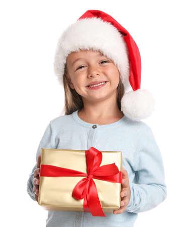 Glückliches kleines Kind in Sankt-Hut mit Geschenkbox auf weißem Hintergrund. Weihnachtsfest Standard-Bild