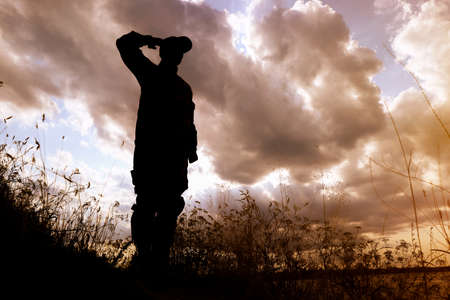 Soldier in uniform saluting outdoors. Military service Stockfoto