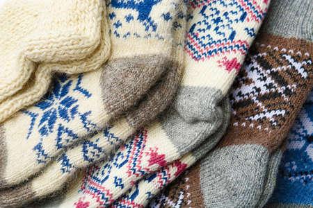 Différentes chaussettes en laine tricotées comme toile de fond, gros plan Banque d'images