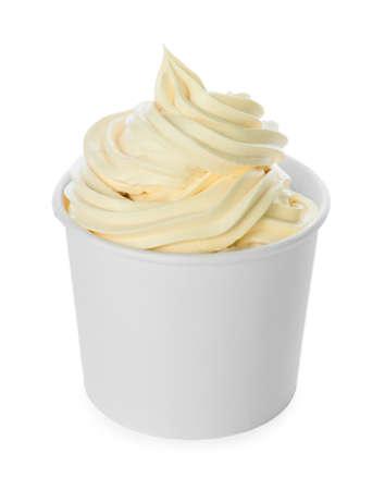 Tasse mit leckerem Frozen Yogurt auf weißem Hintergrund