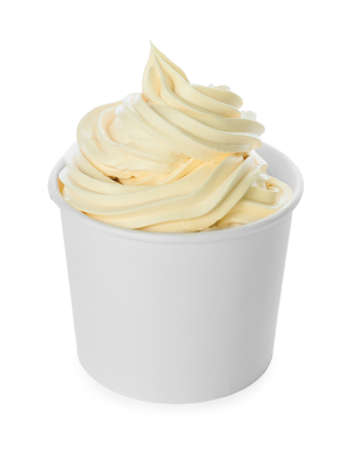 Taza con sabroso yogur helado sobre fondo blanco.