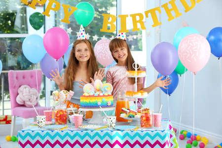 Niños felices en la fiesta de cumpleaños en la habitación decorada
