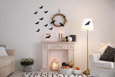 Chambre moderne décorée pour Halloween. Idée pour un intérieur festif Banque d'images