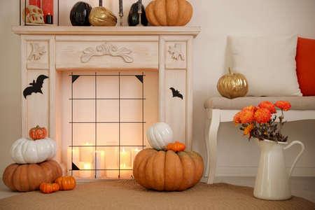 Kamin und Halloween-Dekor im Zimmer. Idee für festliches Interieur Standard-Bild