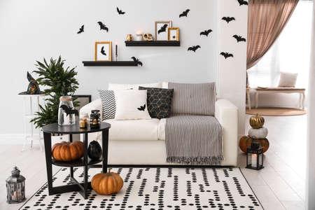 Chambre moderne décorée pour Halloween. Idée pour un intérieur festif