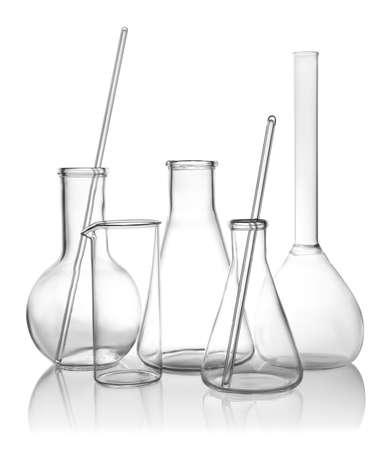 Cristalería de laboratorio vacía limpia sobre fondo blanco.