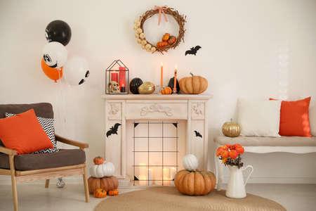 Modernes Zimmer für Halloween dekoriert. Idee für festliches Interieur
