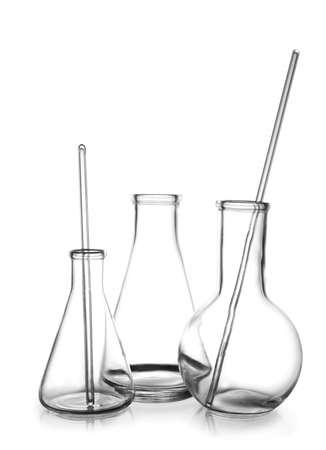 Nettoyer la verrerie de laboratoire vide sur fond blanc Banque d'images