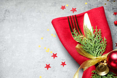 Cutlery set on grey table, closeup with space for text. Christmas celebration Banque d'images - 131840937