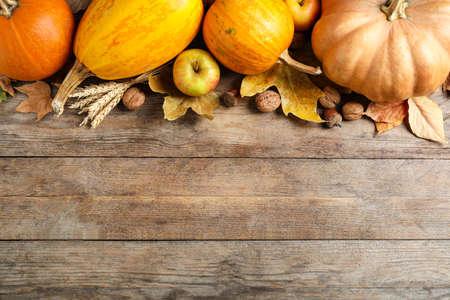 Verduras de otoño sobre fondo de madera, plano con espacio para texto. Feliz día de acción de gracias Foto de archivo