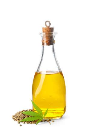 Flasche mit Hanföl, Blättern und Samen auf weißem Hintergrund Standard-Bild