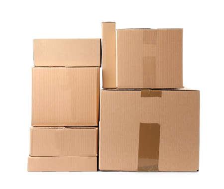 Stapel Kartons auf weißem Hintergrund Standard-Bild