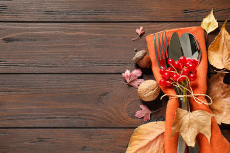 Cutlery and autumn decorations on wooden background, flat lay with space for text. Happy Thanksgiving day Stockfoto