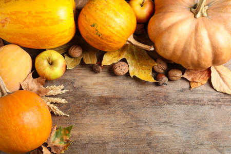 Autumn vegetables on wooden background, flat lay with space for text. Happy Thanksgiving day Stockfoto