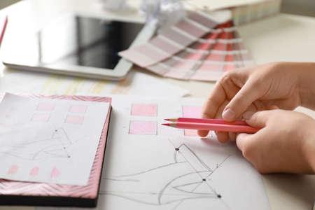 Créatrice de mode féminine travaillant à la table blanche, gros plan