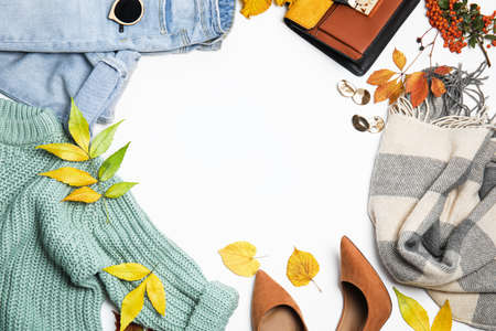 Warm clothes, autumn leaves and accessories on white background, top view. Space for text Stockfoto
