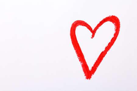 Heart drawn with red lipstick on white paper, top view Archivio Fotografico - 132290326