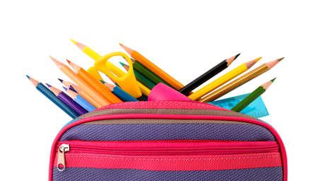 Etui voller Farbstifte und Schulmaterial auf weißem Hintergrund Standard-Bild