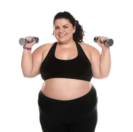 Übergewichtige Frau mit Hanteln auf weißem Hintergrund
