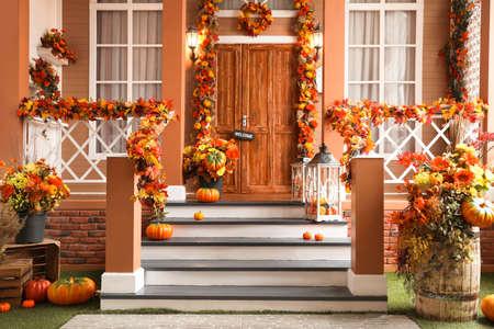 Entrée de maison décorée pour les vacances d'automne traditionnelles