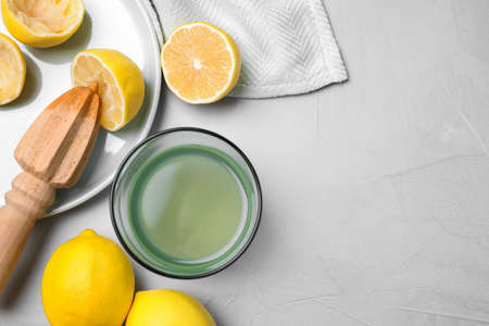 Flat lay composition with freshly squeezed lemon juice on table. Space for text Stockfoto