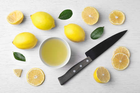 Flat lay composition with freshly squeezed lemon juice on white wooden table Stockfoto