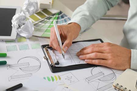 Concepteur masculin travaillant à la table blanche, plan rapproché Banque d'images