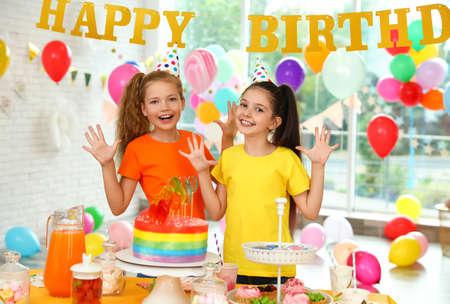 Gelukkige kinderen op verjaardagsfeestje in ingerichte kamer