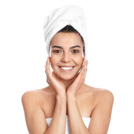 Mujer joven feliz con una toalla sobre fondo blanco. Foto de archivo