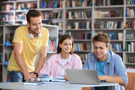 Groep jongeren studeren aan tafel in bibliotheek