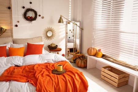Interior de dormitorio acogedor inspirado en los colores del otoño