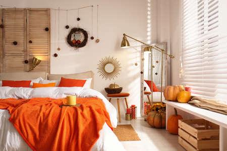 Cozy bedroom interior inspired by autumn colors Foto de archivo