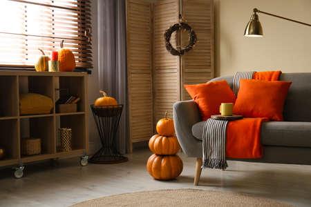 Interior acogedor de la sala de estar inspirado en los colores del otoño