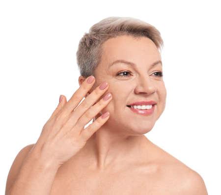 Mujer madura con bello rostro sobre fondo blanco.