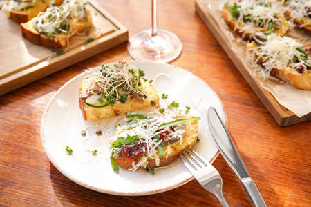 Delicious bruschettas served on wooden table in cafe Stockfoto
